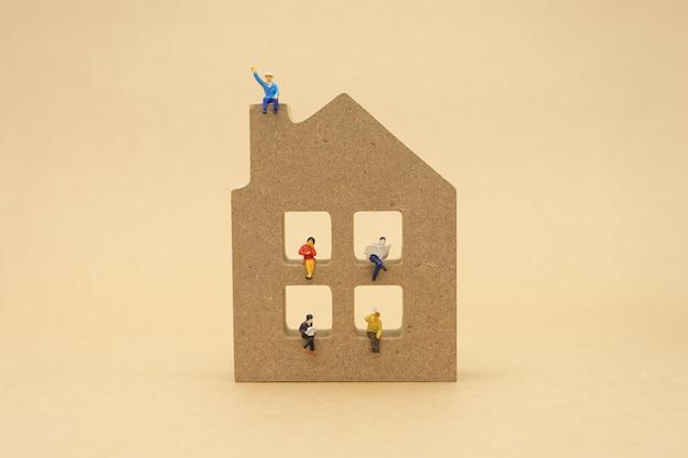 Miniatuur mensen zakenlieden zitten met rug onderhandelen in het bedrijfsleven. Premium Foto