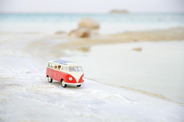 Miniatuur vw bulli op het strand in zachte nadruk Premium Foto