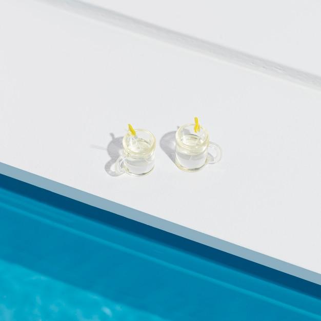 Miniatuur zwembad stilleven arrangement met cocktails Gratis Foto