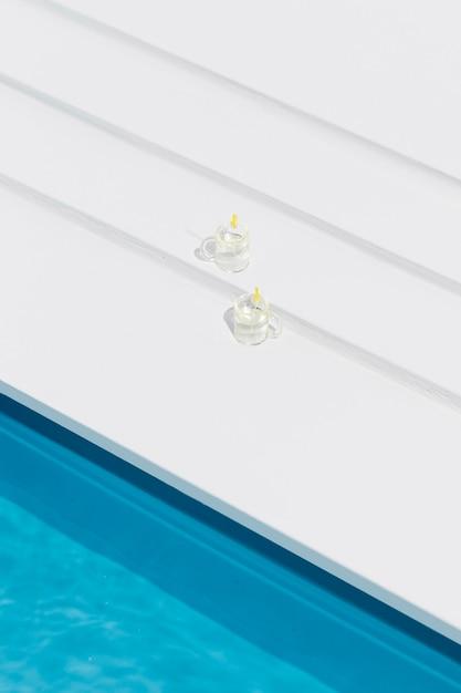 Miniatuur zwembad stilleven arrangement met glazen Gratis Foto