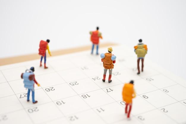 Miniatuurmensen staan op de loopbrug het begin van de reis om het doel te bereiken. Premium Foto