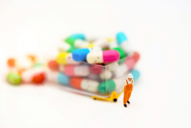 Miniatuurmensen: werknemer verplaatst drug, gezondheidszorg conceptl Premium Foto