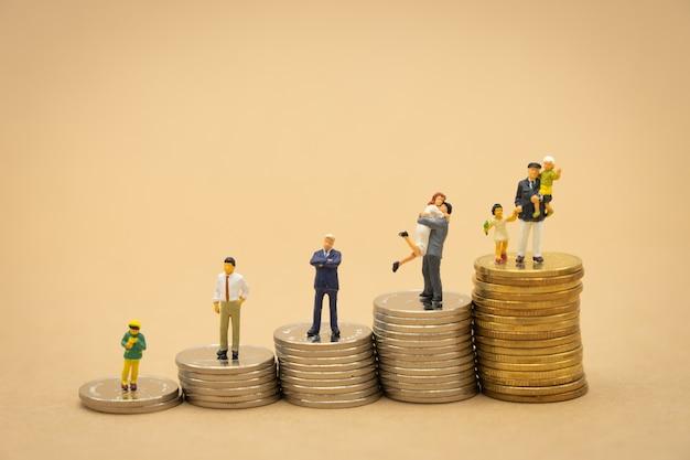 Miniatuurmensenzakenlieden die investeringsanalyse of investering staan. Premium Foto