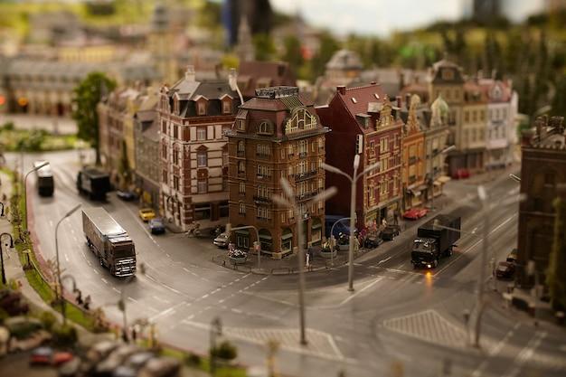 Miniatuurmodellen stellen auto's en vrachtwagens voor in de stadsstraat Premium Foto