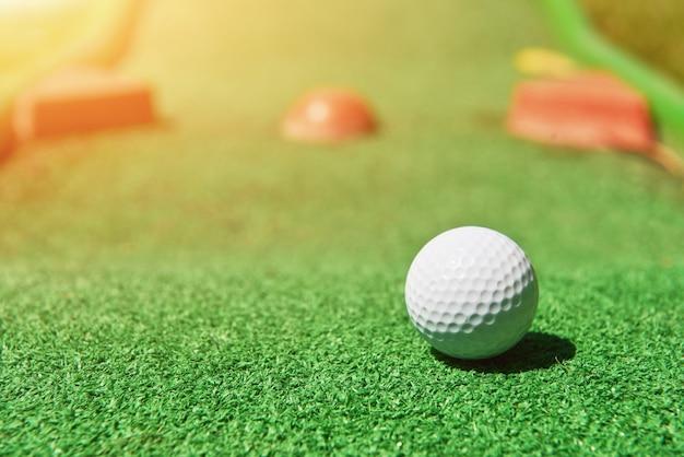 Minigolfbal op kunstgras. zomerseizoen spel Gratis Foto