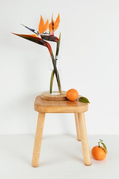 Minimaal abstract begrip sinaasappelen en bloemen Premium Foto