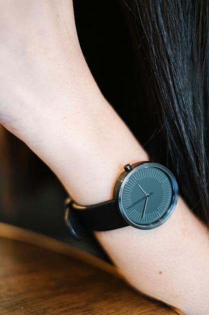 Minimaal klassiek zwart horloge op meisjeshand Gratis Foto