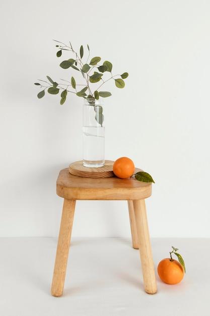 Minimale abstract begrip mandarijnen op stoel Premium Foto