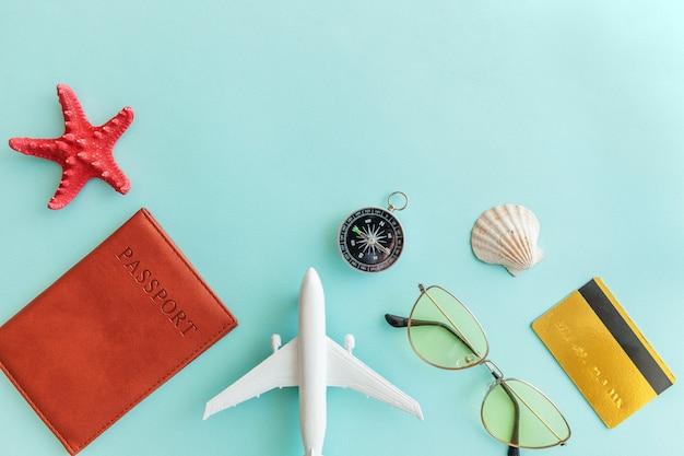 Minimale eenvoudige plat lag reis avontuur reisconcept op blauwe pastel kleurrijke trendy moderne achtergrond Premium Foto