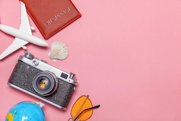 Minimale eenvoudige plat lag reis avontuur reisconcept op roze pastel trendy moderne achtergrond Premium Foto