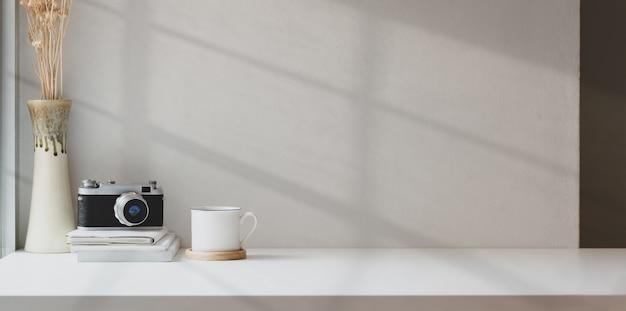 Minimale fotograaf werkplek met mock-up ruimte Premium Foto