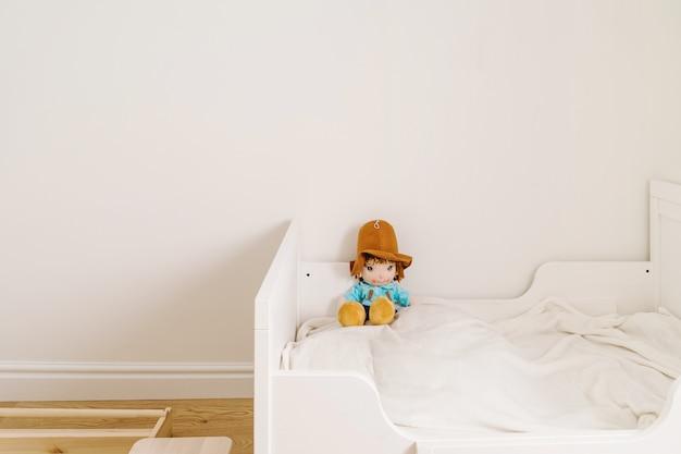 Minimale kinderkamer voor peuter in witte en houten kleuren. minder verspilde levensstijl bij opvoeding Premium Foto