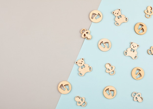 Minimale pastel decoratieve achtergrond met kleine houten figuren voor pasgeboren verjaardag Premium Foto