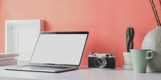 Minimale werkplek met open laptop met leeg scherm Premium Foto