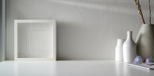 Minimale werkruimte met mock-up frame en kopie ruimte op witte tafel Premium Foto