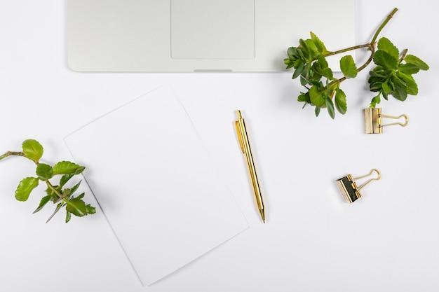 Minimalistisch arrangement met leeg papier Gratis Foto