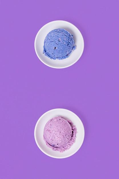 Minimalistisch blauw en violet bolletjes ijs Gratis Foto