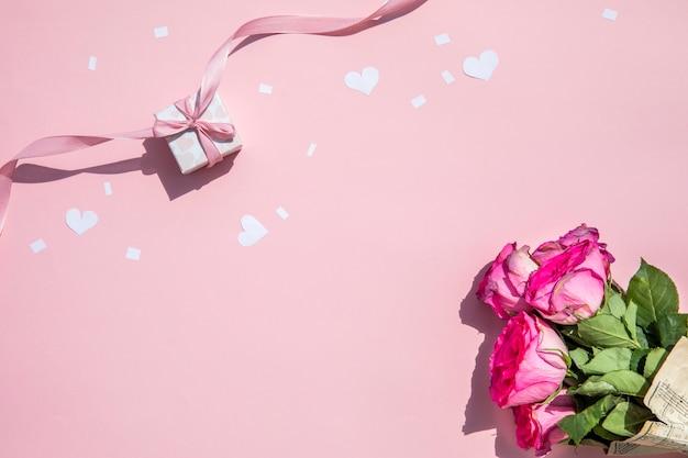 Minimalistisch boeket rozen en cadeau Gratis Foto
