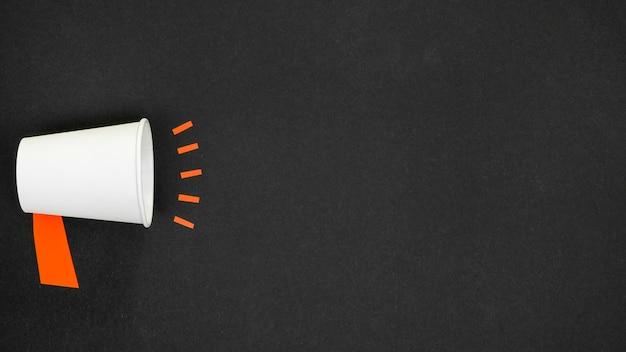 Minimalistisch concept met megafoon op zwarte achtergrond Gratis Foto