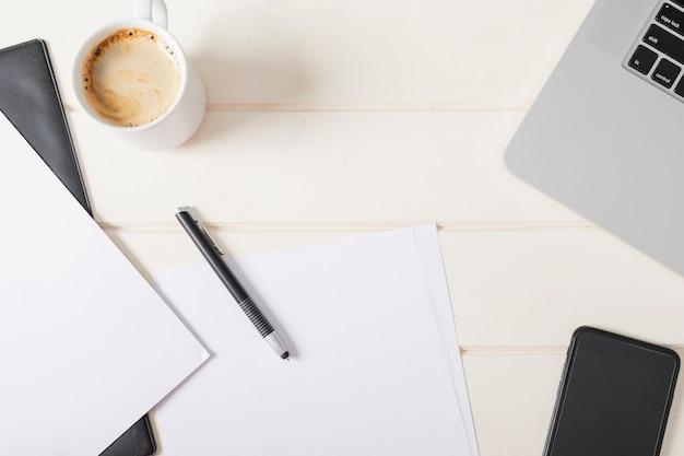 Minimalistisch kantoorarrangement met lege papieren Gratis Foto