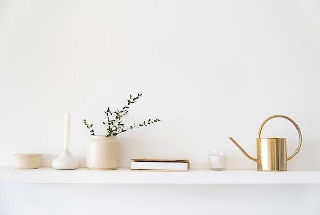 Minimalistisch scandinavisch interieur. gerechten op witte planken. witte details in het interieur. Premium Foto