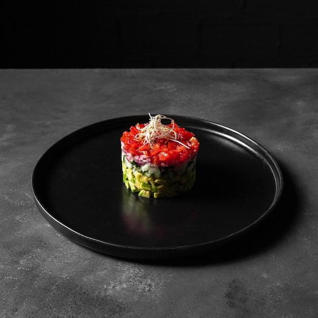 Minimalistische groentesalade in een ronde vorm Gratis Foto