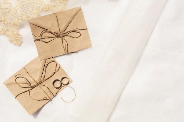Minimalistische huwelijksdecoratie met exemplaarruimte Gratis Foto