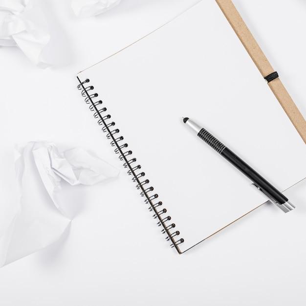 Minimalistische kantoorinrichting met lege notebook Gratis Foto