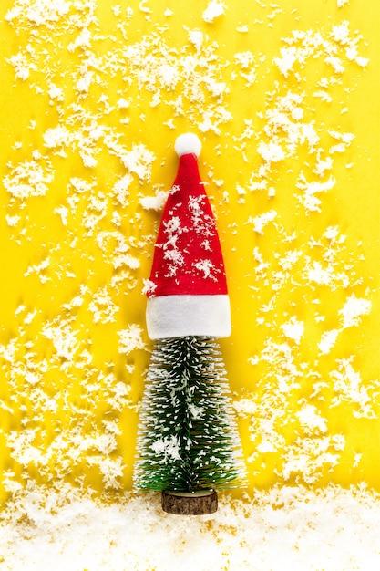 Minimalistische kerstboom op gele pastel achtergrond Premium Foto