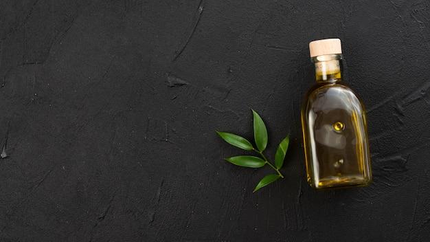 Minimalistische olijfoliefles met kopie ruimte Gratis Foto