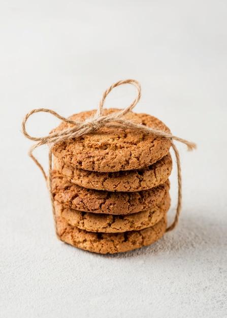 Minimalistische stapel koekjes omwikkeld met touw Gratis Foto