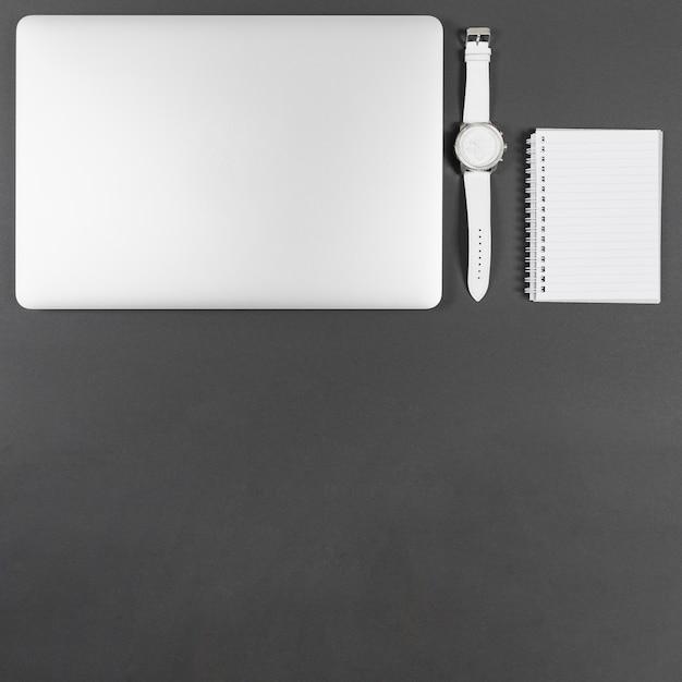 Minimalistische zakelijke regeling op grijze achtergrond Gratis Foto