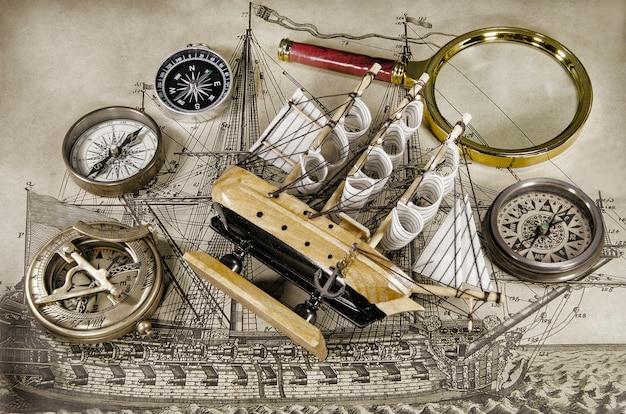 Minimodelschip met kompas en zandloper Premium Foto
