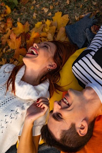 Minnaarsman en vrouw in het park in de herfst Premium Foto