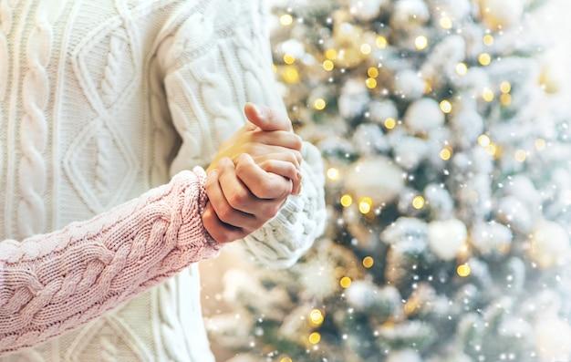 Minnaarsman en vrouw op een kerstmisachtergrond. selectieve aandacht. Premium Foto