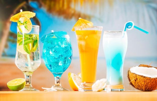 Mintblauwe oranje dranken en gesneden citrusvruchten witte bloemenkokosnoot Gratis Foto