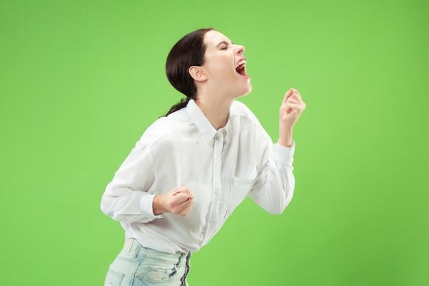 Mis niet. het jonge toevallige vrouw schreeuwen. roepen. huilende emotionele vrouw die op groene ruimte gilt. vrouwelijke halve lengte portret Gratis Foto
