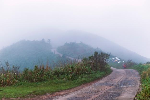 Mist op de heuvel in de ochtend en kamperen. Premium Foto