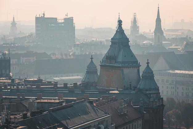 Mistige uitzicht op het dak van het historische stadscentrum van boedapest, hongarije Premium Foto