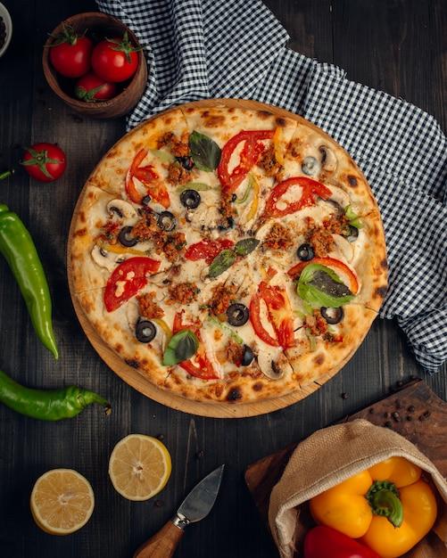 Mix pizza met plakjes tomaat, champignon, olijf Gratis Foto