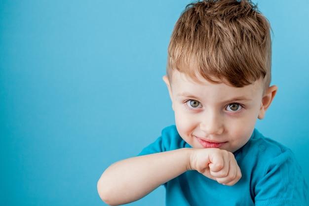 Mix tarief jongetje plezier gezicht maken in vele emoties. Premium Foto
