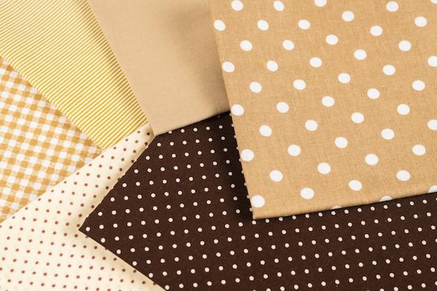 Mix van beige, witte en bruine katoenen stof. Premium Foto