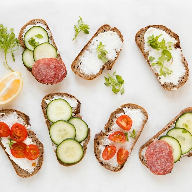 Mix van broodjes met groenten en salami Gratis Foto