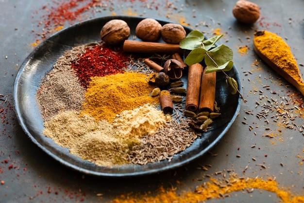 Mix van indiase kruiden met noten Gratis Foto