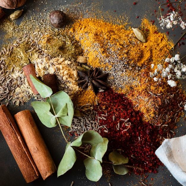 Mix van indiase traditionele kruiden Gratis Foto