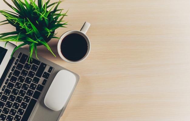 Mix van kantoorbenodigdheden en gadgets op een houten tafel achtergrond. Premium Foto