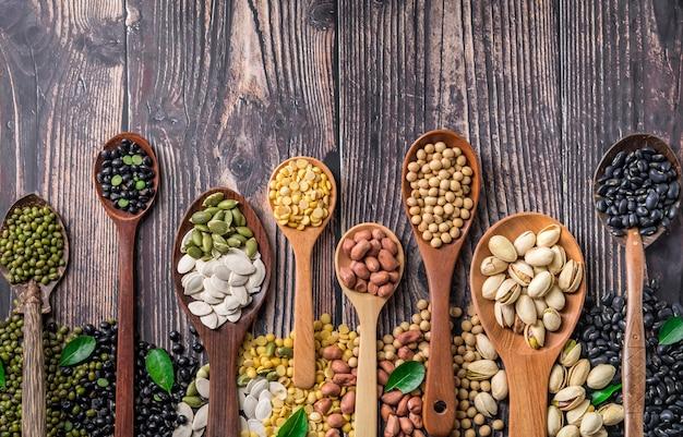 Mix van noten in houten lepel. Premium Foto