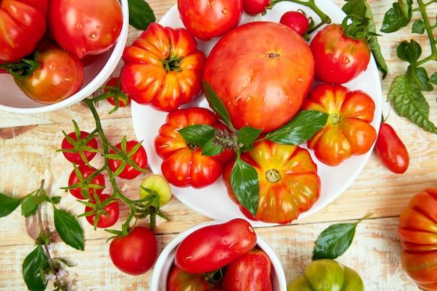 Mix van tomaten achtergrond. Premium Foto