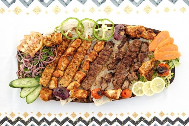 Mixed grills, kebab, tikka, egyptische keuken, midden-oosterse gerechten, arabische mezza, arabische keuken, arabische gerechten Premium Foto