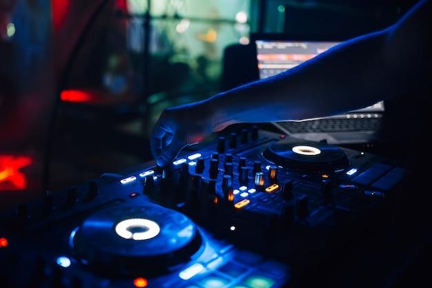 Mixer en een dj-stand in de nachtclub op een feestje Premium Foto